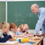 Männlicher Lehrer im Klassenzimmer mit Schülern