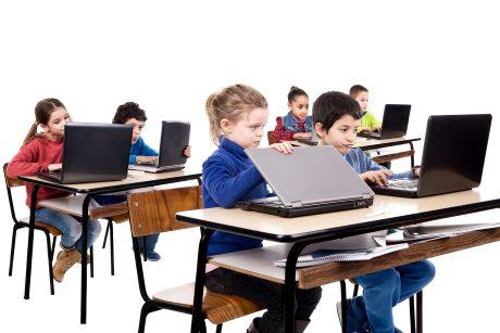 Schüler mit Laptop digitales Lernen