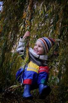 Waldkindergarten Natur Kind schaukeln spielen