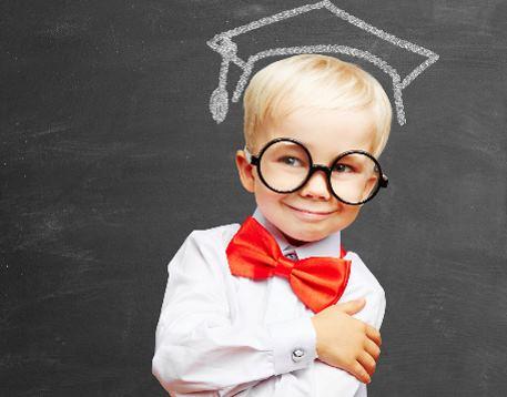 Kind steht vor Schultafel mit Doktorhut und Brille - Bildung und Bildungschancen