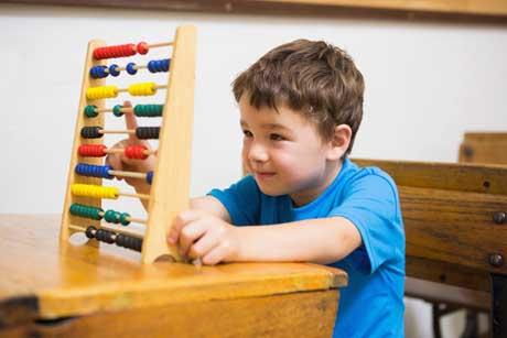 Schüler lernt das 1x1 rechnen mit dem Abakus