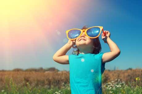 Hitzefrei kleines Mädchen mit großer Sonnenbrille in der Sonne