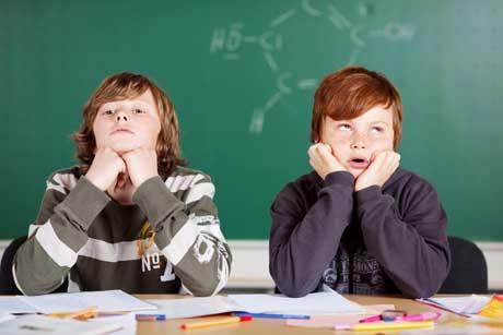 zwei genervte jungen im unterricht Schüler mit Langeweile in der Schule