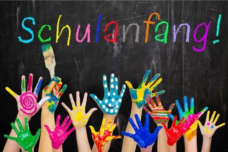Schulanfang bunte Hände vor Tafel