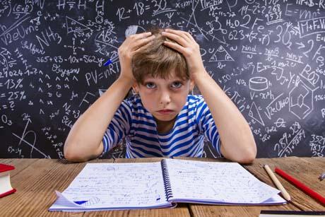 Mädchen Schulkind überfordert von Hausaufgaben im Stress