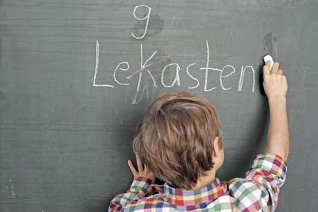 Leseschwäche Rechtschreibschwäche Legasthenie Schüler schreibt an Tafel