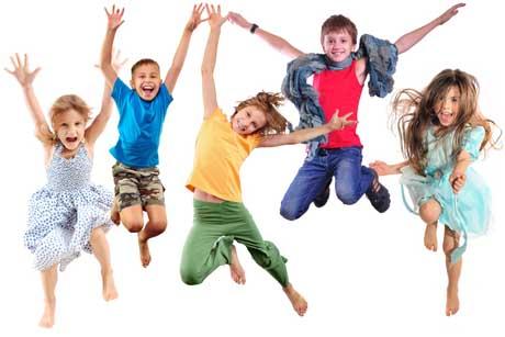 Lernmotivation Gruppe glücklicher Kinder springen fröhlich lernen mit spaß