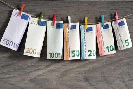Kosten Privatschule Schulgeld - Geldscheine an einer Wäscheleine