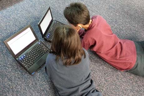 Kinder liegen vor Computer Laptop