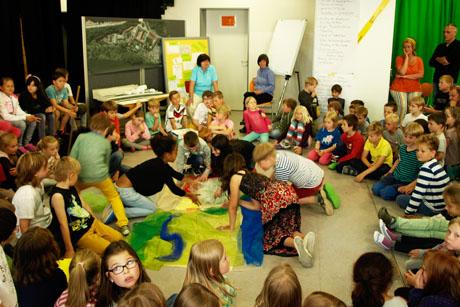 Kinder planen anders als Erwachsene: Schüler beim Architektur-Workshop für den Umbau ihrer Schule.