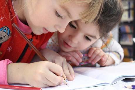 zwei Grundschüler lernen mit Freude