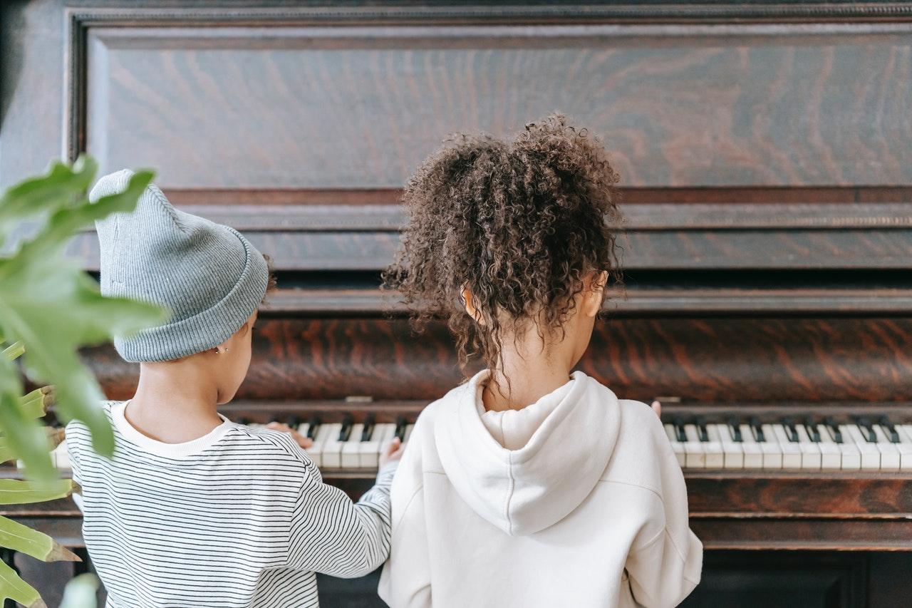 Musikalische Früherziehung zwei Kinder am Klavier
